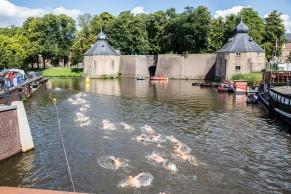 Deelnemers zwemmen voor het Spanjaardsgat langs